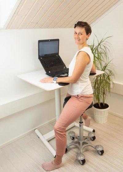 Salli Work Desk med Salli 2-delte sadelstol Hæve-/sænkebord med gas fra pris kr. 3.795,00 2-delte sadelstol fra kr. 1.453,00-5.425,00 ekskl. moms og fragt